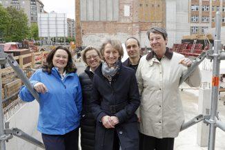 An der Baugrube (von links nach rechts): Andrea Nahles (Bundesarbeitsministerin), Monika Thomas (Leiterin der Bauabteilung im Bundesministerium für Umwelt, Naturschutz, Bau und Reaktorsicherheit (BMUB)), Petra Wesseler (Präsidentin des Bundesamtes für Bauwesen und Raumordnung (BBR)), Marc Lösch (K9 Architekten), Dr. Barbara Hendricks (Bundesbauministerin), BBR/Fotografin: C. Schlegelmilch