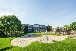 """Neugestalteter Schulhof, der mit den Kindern zusammen gestaltet und gebaut wurde. Foto: Stiftung """"Lebendige Stadt"""""""