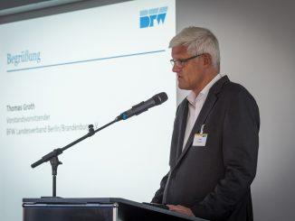 Der Vorstandsvorsitzende des BFW Landesverbandes Berlin/Brandenburg Thomas Groth bei seiner Eröffnungsrede (c) BFW