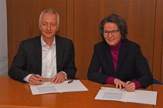 Foto: MHKBG NRW Bildunterschrift: Unterzeichnung der Zielvereinbarung: Bürgermeister Wolfgang Pieper und Ministerin Ina Scharrenbach (c) Landesregierug NRW