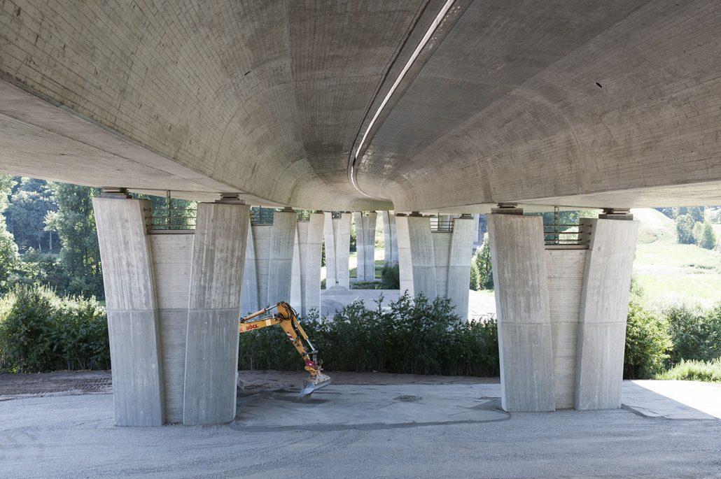Forscherinnen und Forscher des KIT arbeiten an einem Verfahren, das es möglich machen soll, Schäden am Brückenbauwerk früher zu erkennen (Foto: Markus Breig, KIT)