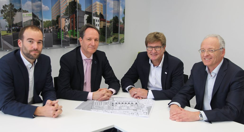 Partner im Projekt FlexQuartier (von links): Prof. Stefan Lechner, THM-Vizepräsident Prof. Olaf Berger, Matthias Funk (Stadtwerke Gießen) und Holger Hölscher (Stadtplanungsamt Gießen) (c) TH Mittelhessen/Armin Eikenberg