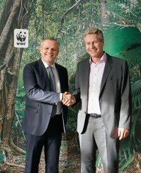 Andreas Engelhardt (links), persönlich haftender Gesellschafter der Schüco International KG, und Eberhard Brandes (rechts), Geschäftsführender Vorstand WWF Deutschland, bei der Vereinbarung der Zusammenarbeit. (c) WWF