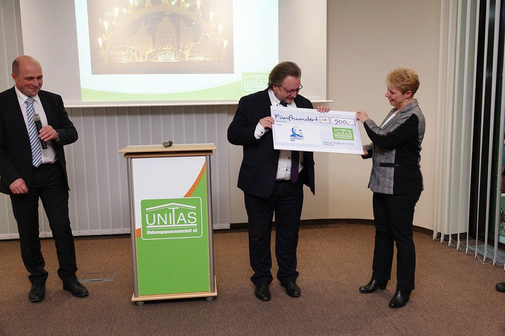 Die UNITAS-Vorstände Steffen Foede (links) und Iris Liebgott übergeben dem VSWG-Vorstand Dr. Axel Viehweger den Spendenscheck für die Hermann-Schulze-Delitzsch-Gesellschaft. (c) VSWG