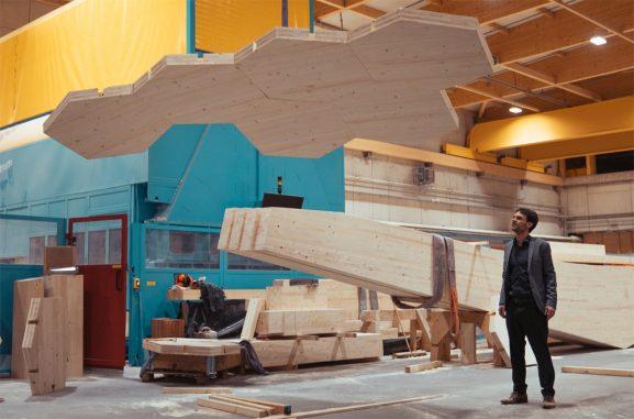 Der Kaiserslauterer Architekt Juniorprofessor Robeller bei der Produktion der Holzteile für die Kupp ... Foto: Felix Fahrenschon, Fa. Hundegger