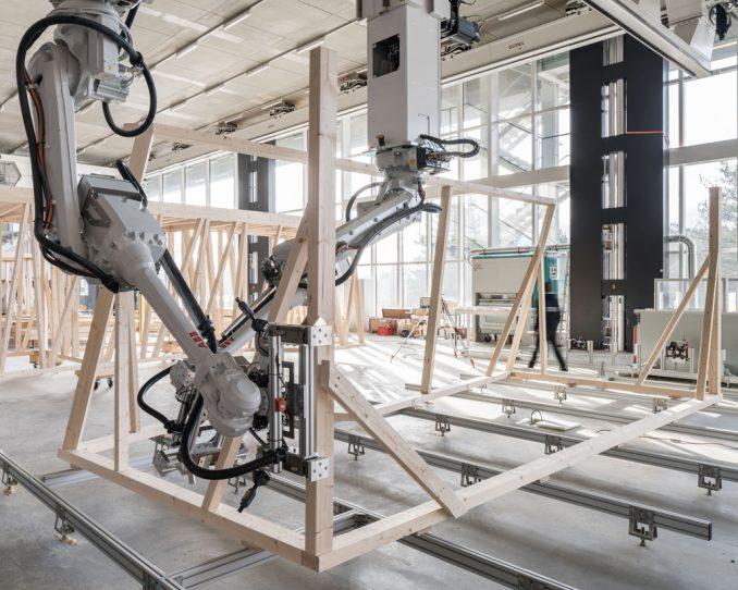 Die beiden kooperierenden Roboter positionieren die Holzbalken anhand des digitalen Modells präzise im Raum ohne zu kollidieren. Foto: NCCR Digital Fabrication / Roman Keller