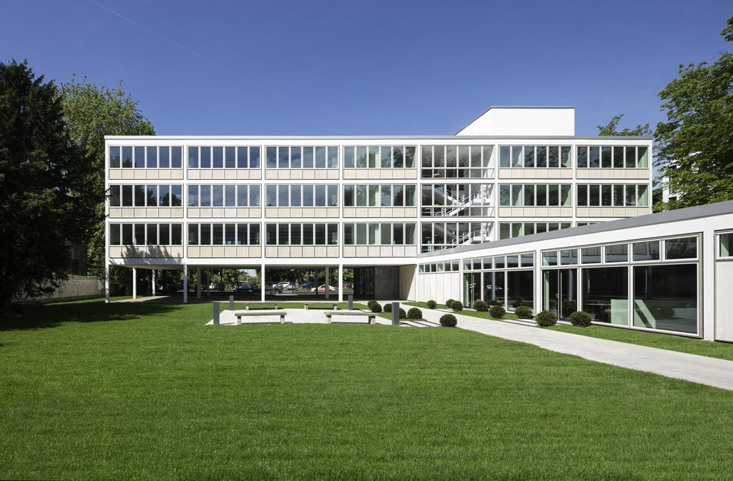 Cecilienallee- typisch für die 50er Jahre zeigt sich die Architektur: ein streng tektonischer Aufbau in Stahlskelettbauweise, der durch viel Glas Transparenz und Leichtigkeit erzeugt. Foto: HGEsch, Hennef
