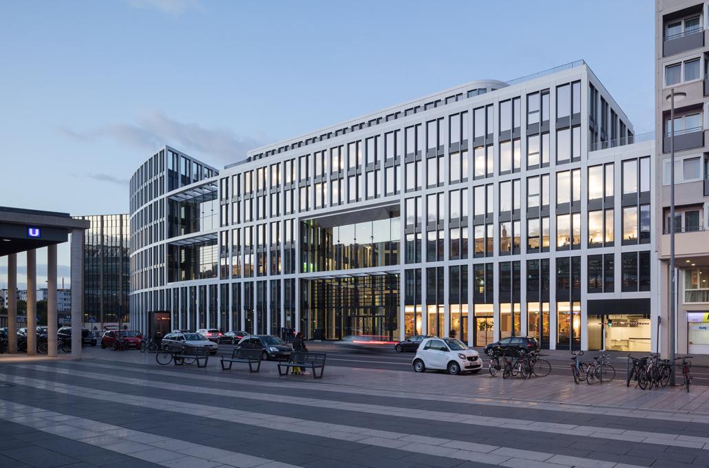 Der Haupteingang des Coeur Cologne, der sich als viergeschossiges Stadtfenster in das Fassadenraster einfügt und als glasüberdecktes Atrium in der Tiefe des Gebäudes fortsetzt. Foto: HGEsch, Hennef