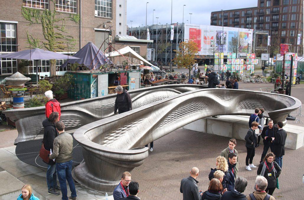 Interessierte besichtigen die innovative 3D-gedruckte Brücke in Amsterdam. Mit freundlicher Genehmigung von MX3D.