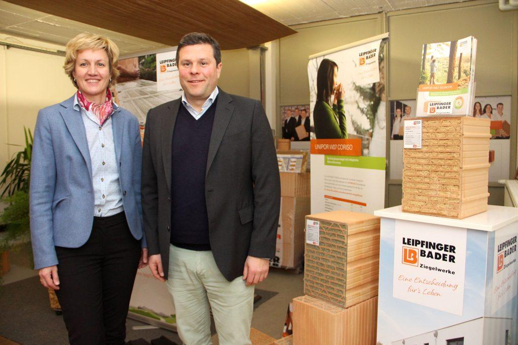 MdL Petra Högl diskutierte mit LB-Inhaber Thomas Bader über die Lage der Bauwirtschaft, den Einfluss der Politik und seine Folgen für die regionalen Unternehmen und die Umwelt. (c) Leipfinger-Bader Ziegelwerke