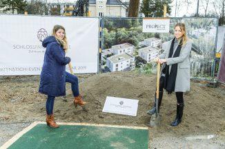 Anika Schwarz (re.), Vertriebsleiterin Rhein-Main PROJECT Immobilien Wohnen AG, und Kim Jankovic, Verkaufsberaterin PROJECT Immobilien Wohnen AG, beim offiziellen Spatenstich. (c) PROJECT Immobilien