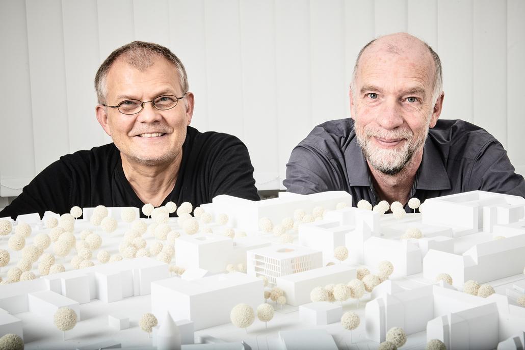 Prof. Lauster (links, TU Berlin) und Prof. Thiel (Charité) präsentieren das Architekturmodell des Forschungsneubaus, der auf dem Campus Virchow stattfinden soll. © TU Berlin/PR/Philipp Arnoldt