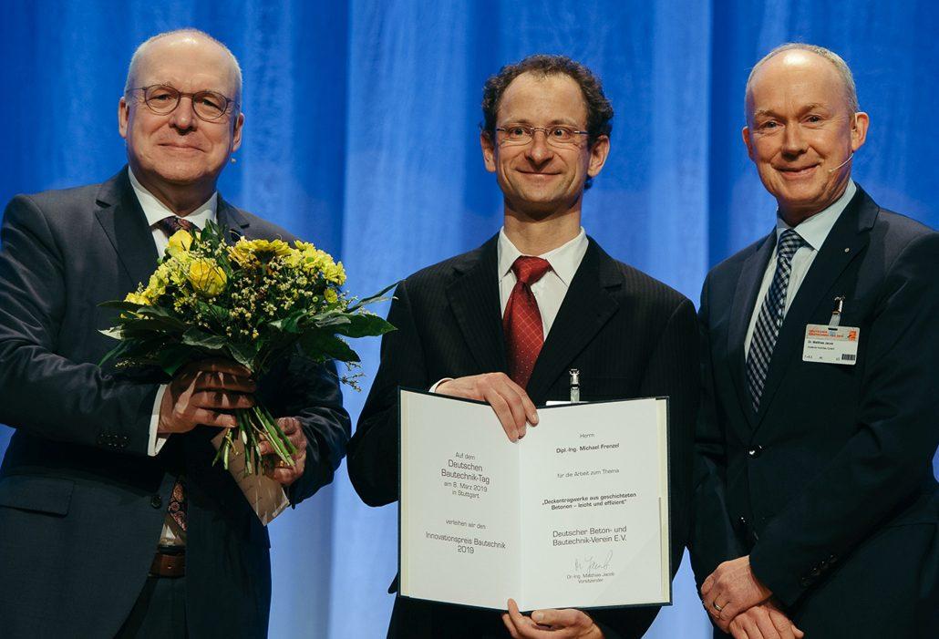 """Der Gewinner des """"Innovationspreis Bautechnik 2019"""", Dipl.-Ing. Michael Frenzel, mit DBVVorsitzendem Dr. Jacob (rechts) und Vorsitzendem des Preisgerichts Professor Curbach (links) bei der Preisverleihung am 8. März 2019 in Stuttgart (c) DBV/Dariusz Misztal"""