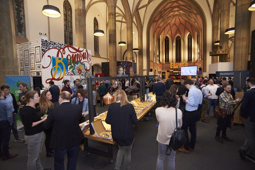 PropTech Startups, IT-Mittelstand und Teilnehmer tauschten sich in der digitalCHURCH intensiv zu digitalen Lösungen für die Bau- und Immobilienbranche aus. Foto: Sabine Schmidt, das-design-plus.de