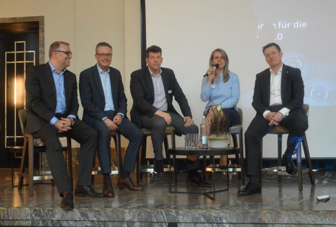 Die Teilnehmer der Podiumsdiskussion beim Forum Zukunft IV in Weimar, die zugleich die Gründungsmitglieder der AG Digitalisierung sind (v. l. n. r.): Ralf Michels, A. S. Hausverwaltungs- & Projektentwicklungs-GmbH, Dr. André Rasquin, Aareon AG, Slaven Grizelj, inteligy GmbH, Stephanie Baretzky, DOMUS Software AG, Martin Kaßler, DDIV; auf dem Bild fehlt Stephan Kiermeyer, KALORIMETA GmbH. Bildquelle: DDIV