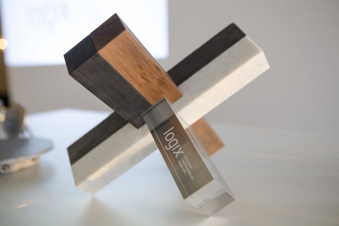 Der Award besteht aus den sechs Baumaterialien einer typischen Logistikimmobilie, nämlich Glas, Metall, Beton, Kunststoff, Holz und Naturstein (Bildquelle: Logix GmbH)