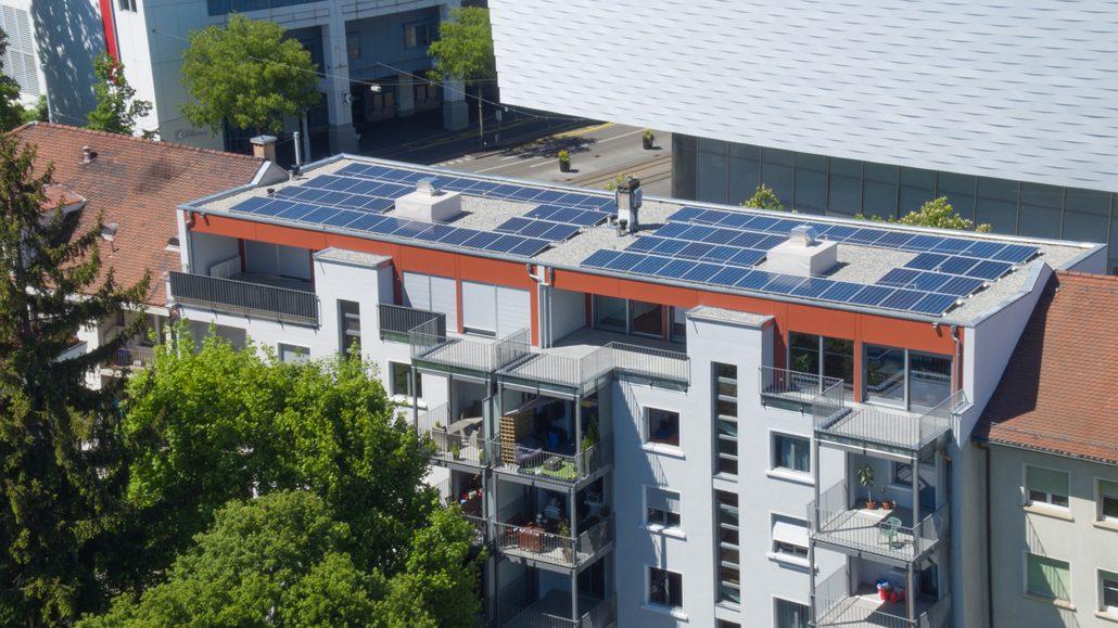 Gerade bei älteren Gebäuden lässt sich mit einer Aufstockung sogar der Energiebedarf des gesamten Hauses deutlich reduzieren. Foto: SchwörerHaus/J. Lippert