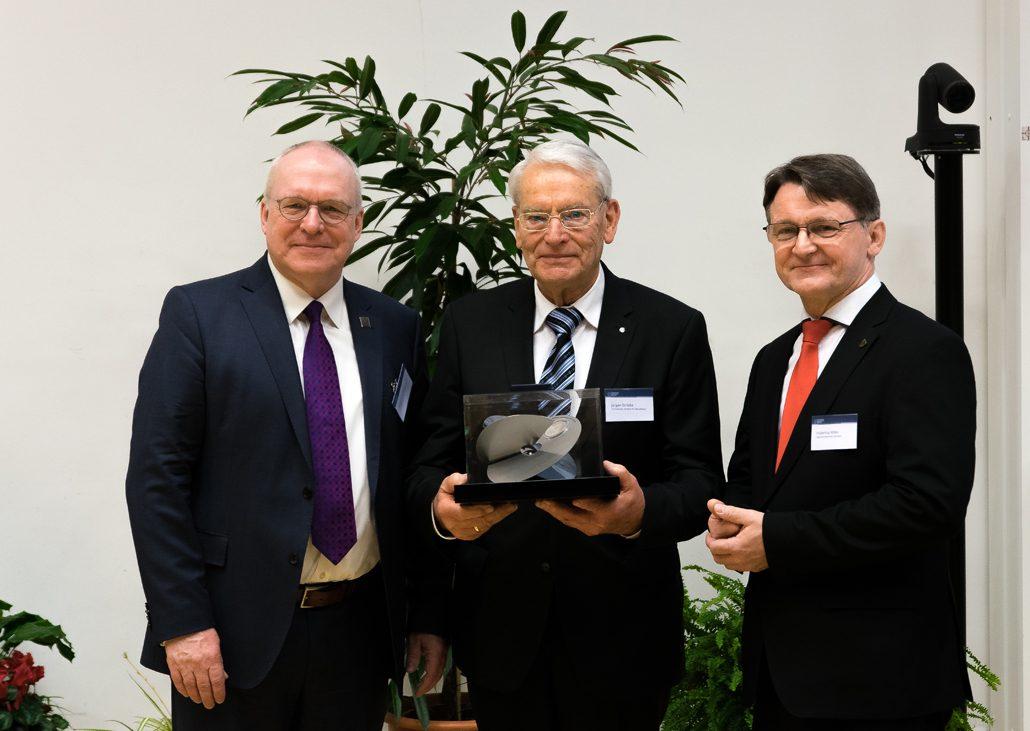 Ingenieurkammer Sachsen zeichnet Prof. Dr.-Ing. Jürgen Stritzke mit der Wackerbarth-Medaille aus. v.l.: Prof. Curbach, Prof. Stritzke, Prof. Milke (c) Ingenieurkammer Sachsen