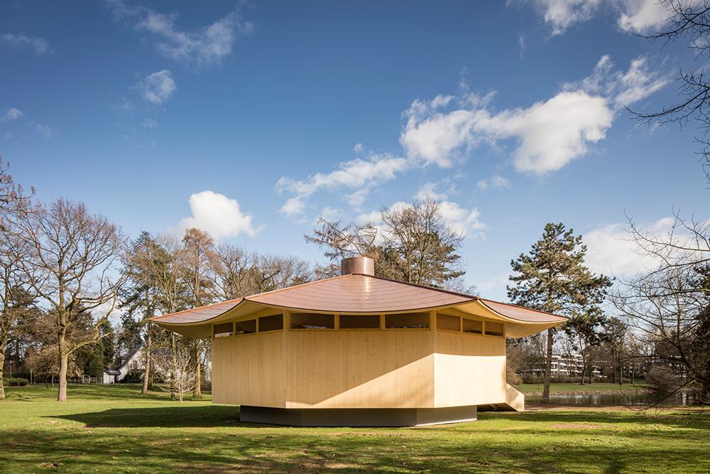 """RKW Architektur + realisierte gemeinsam mit dem Düsseldorfer Künstler Thomas Schütte die begehbare Skulptur """"Krefeld Pavillon"""" im Krefelder Kaiserpark. Die Skulptur wurde als Beitrag der Initiative Projekt MIK e.V. zur bundesweiten Jubiläumveranstaltung Bauhaus 100 errichtet. Sie ist Ort der Ausstellung """"Bauhaus und Seidenindustrie"""", die am 7. April eröffnet wurde. (c) Marcus Pietrek"""