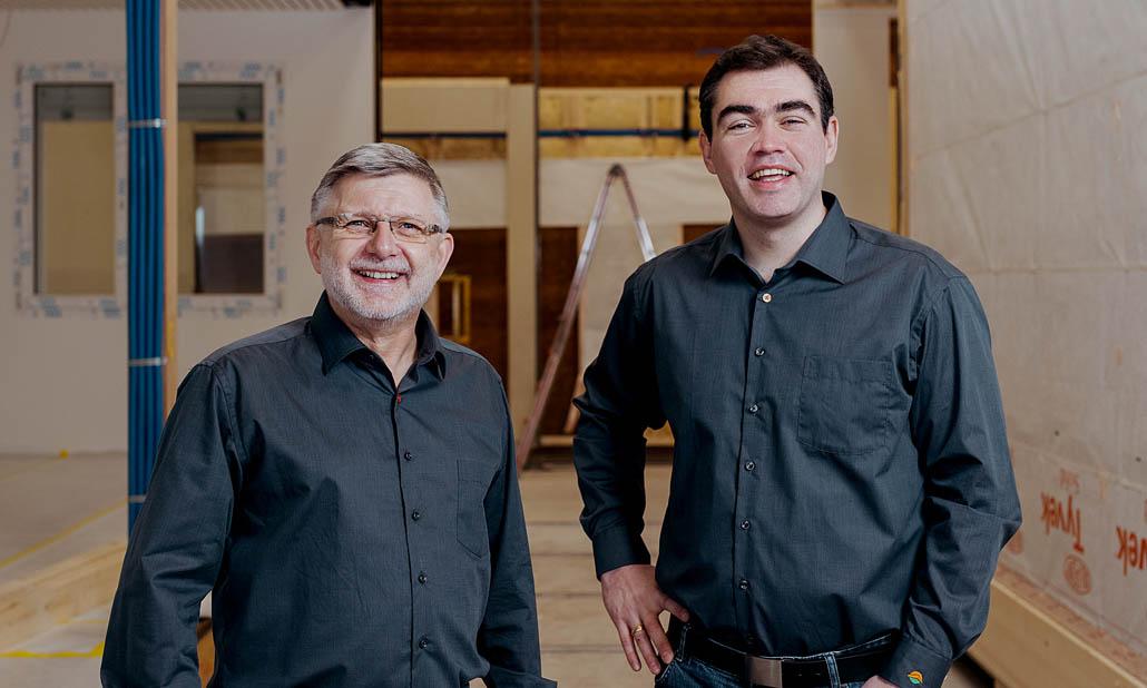 Team Deutschland: Dieter Zinkand (li.) ist für die Leitung der Modulbau-Produktion im neuen  Montagewerk in Großenlüder verantwortlich. Alexander Holl (re.) verantwortet den Verkauf und  die Projektentwicklung von Holz(modul)bauprojekten.