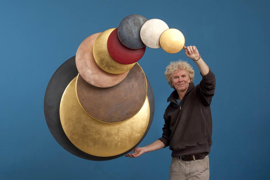"""Jörg Wiele mit seinem kinetischen Kunstwerk """"Scheibenmandala mit neun Formen"""" – Foto: Michael Rennertz"""